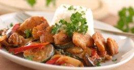 Huhn auf Erdnuss-Ratatouille mit Reis