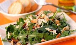Rucola-Salat mit Pinienkernen Rezept