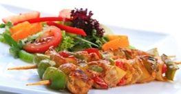 Salat mit Hähnchenspießen