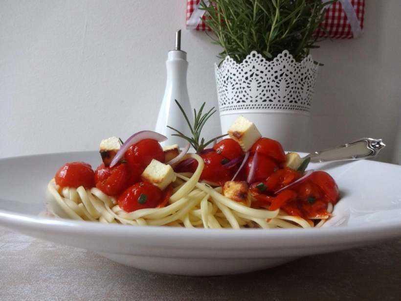 Linguine mit Tomaten-Sugo und gebackenem Feta