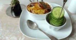 Vegetarisches Moussaka mit Gurken-Salat