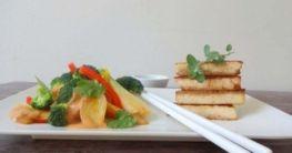 Asia-Gemüse in Erdnuss-Rahm an pikanten Tofu-Ecken
