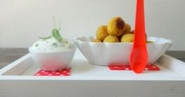 Knusprige Maiskugeln mit Kräuter-Dip