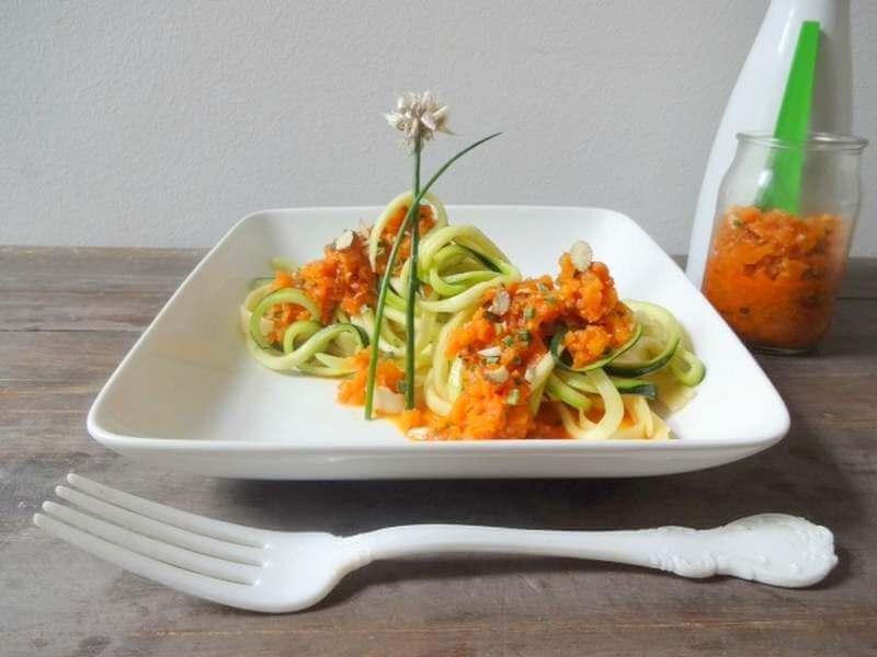 Zucchini-Tagliatelle mit Möhren-Pesto
