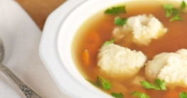 Grießklöschensuppe