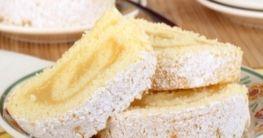 Zitronen-Sahnerolle aus Biskuitteig