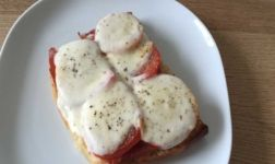 Überbackenes Tomaten Mozzarella Baguette Rezept