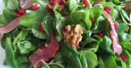 Feldsalat mit Granatapfelkernen