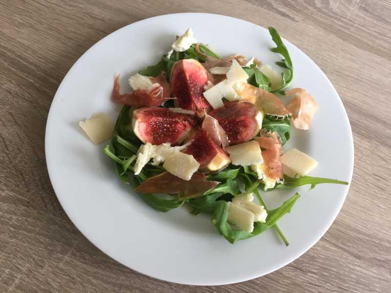 Rucolasalat mit Feigen, Mozzarella und Parmesan