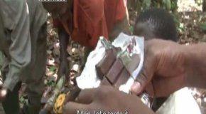 Ein Kakao Bauer isst zum ersten mal in seinem Leben Schokolade