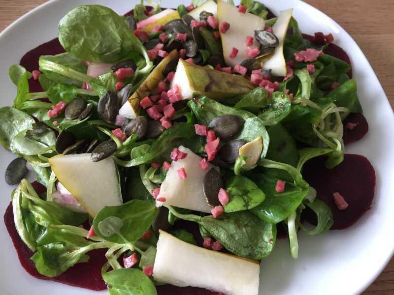 Carpaccio von Roter Bete mit Feldsalat und Birnen