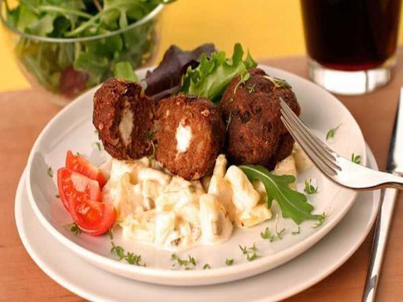 Schafskäse-Frikadellen auf Kartoffelsalat